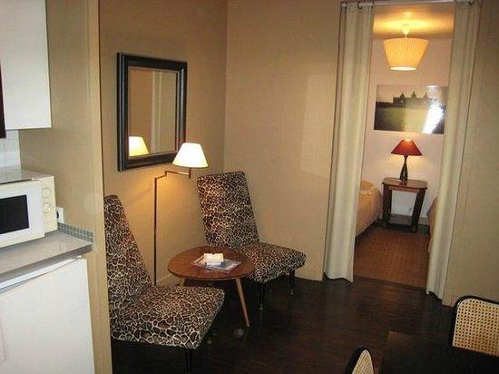 Maison des Rochers: Gîte : coin salon et alcove
