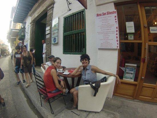 Cevicheria Trattoria Donde Wippy: Tomando café luego de la comida en la mesa de afuera