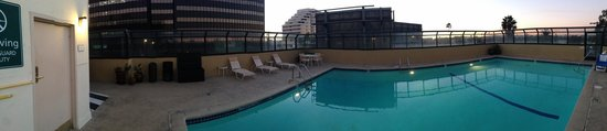 La Quinta Inn & Suites LAX: Pano of the swimming pool area