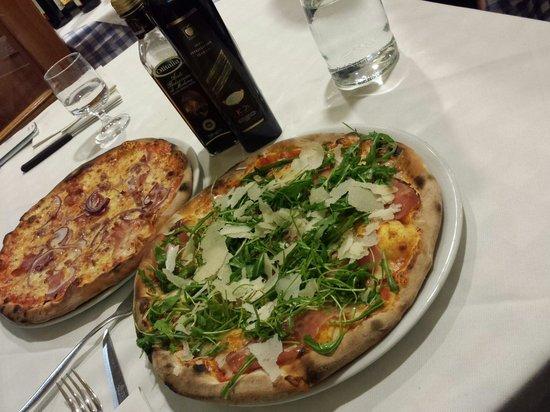 Pizzas picture of ristorante pizzeria il portico for Il portico pizzeria bologna