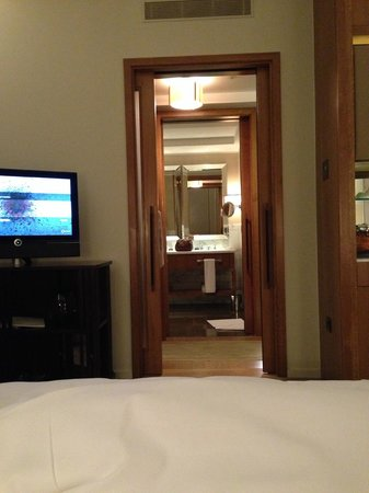 Corinthia Hotel London: View from the bedroom to the bath