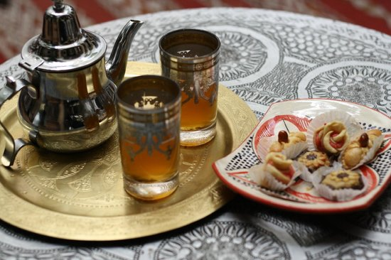 Riad Mur Akush : The mint tea and sweets we received on arrival