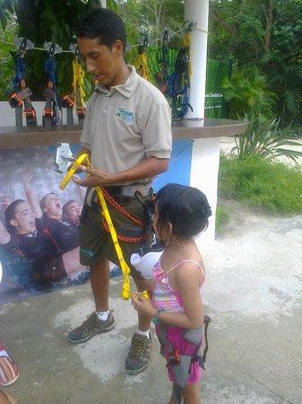 Chankanaab Beach Adventure Park: mi nena asegurandola para el zip line