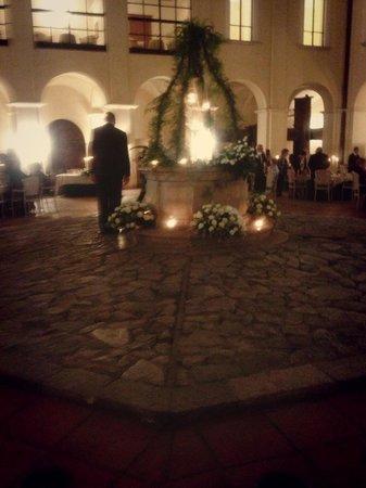 Hotel Certosa Di San Giacomo: Sala Centrale con pozzo addobbato