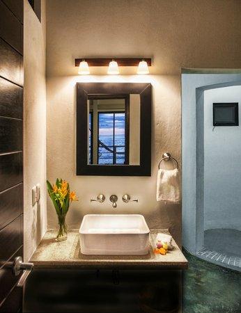 Manta Raya Hotel: Bathroom