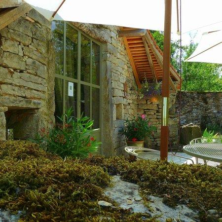 Salvagnac-Cajarc, France : Terrasse devant la bergerie, où vous pouvez vous confectionner vos piques-niques