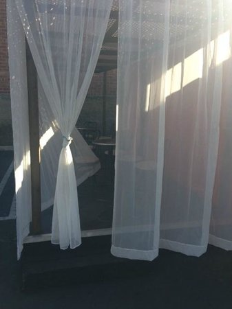 Hotel Le Reve Pasadena: Curtains around the former shipping crate