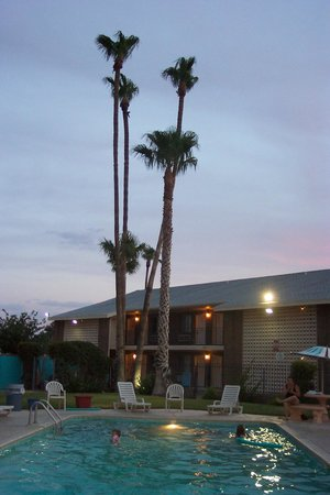 Americas Best Value Inn : swimmers at night