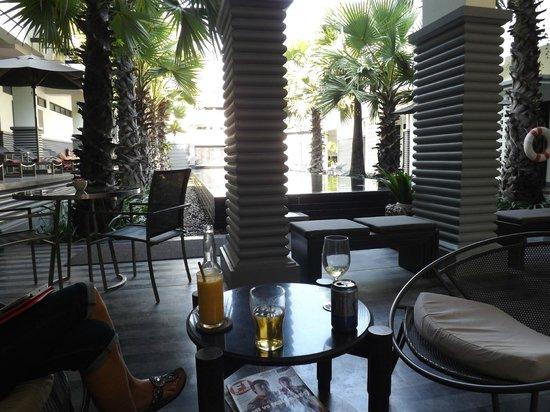 Shinta Mani Angkor : Bar area around the lap pool.  Peaceful.