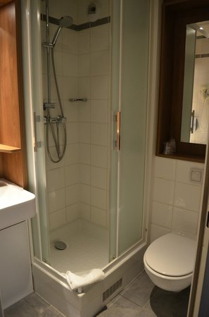 Campanile Paris 19 - La Villette : small bathroom