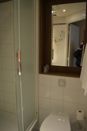 Campanile Paris 19 - La Villette: bathroom again