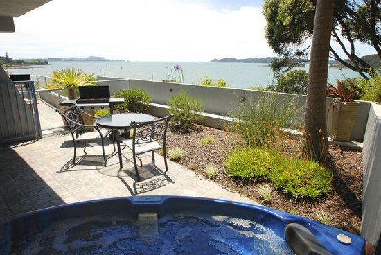 Blue Pacific Apartments Paihia: Studio patio with spa & views