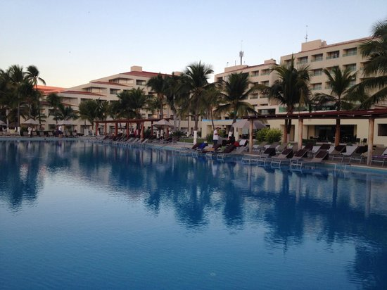 Dreams Huatulco Resort & Spa: Early morning view of hotel