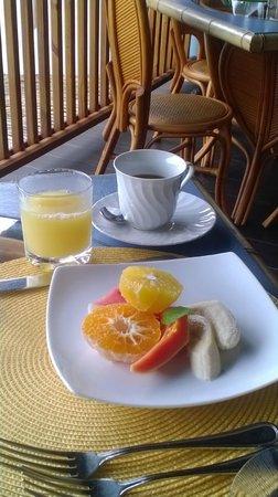 Hermosa Cove - Jamaica's Villa Hotel : Breakfast on the terrace overlooking the water