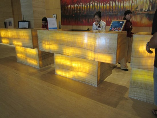 Sheraton Nha Trang Hotel and Spa: Reception - back lit onyx!  love it.