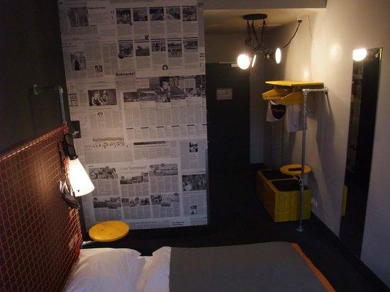 Superbude Hotel Hostel St.Pauli: Blick Richtung Bad und Tür