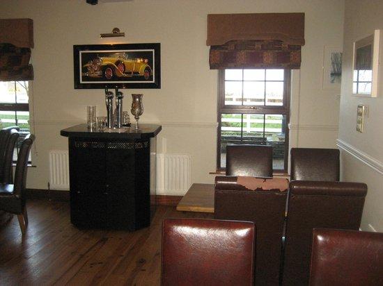 The Point Inn: Small bar!