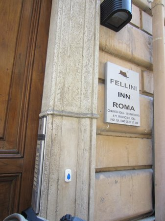 Fellini Inn Rome : Street entrance to the hotel
