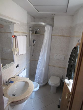 Fellini Inn Rome: Private bathroom in 5th floor suite