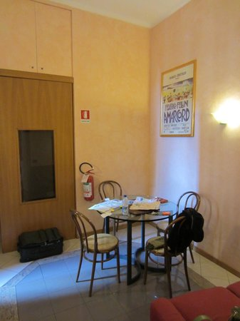 Fellini Inn Rome: Sitting room in 5th floor suite (1 double bed in next room)