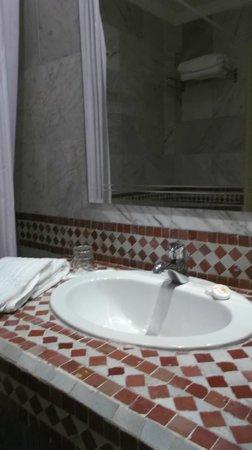 Menzeh Zalagh Hotel: Zona del baño