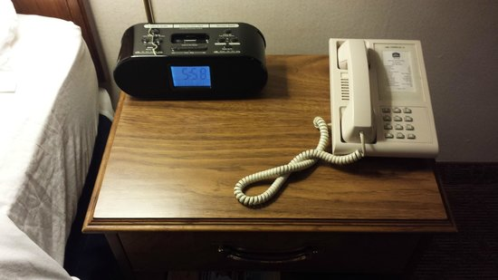 Best Western Premier Milwaukee-Brookfield Hotel & Suites: nightstand with Ipod docking station