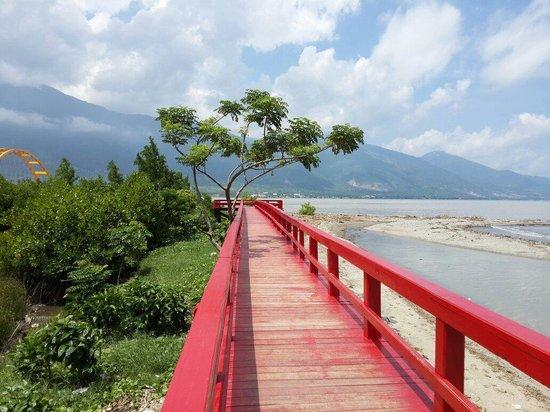 Jembatan Merah Tempat Nongkrong Pantai Talise Palu by Arif Wicaksono Smd