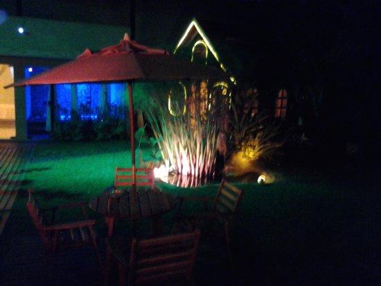 Pousada Bon Vivant: vista noturna do jardim.