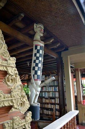 Puri Bali Hotel: bookshelf