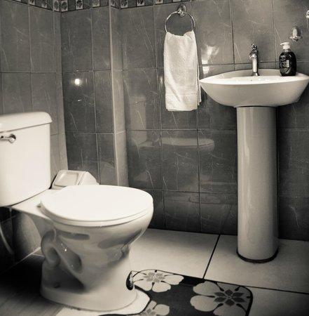 Hospedaje Cielo Andino: Baños con full agua caliente