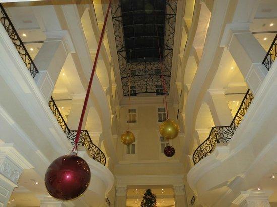 โรงแรมโครินเธีย บูดาเปสต์: Lobby looking up to ceiling