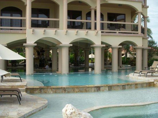 Coco Beach Resort: Pool with swim up bar