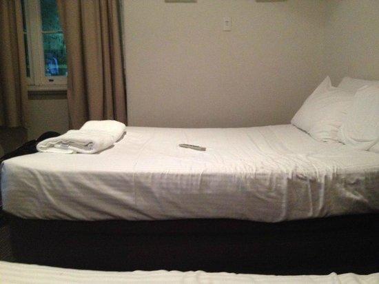 Coogee Bay Hotel : cama em formato de U