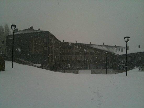 Campus Cerdanya: El moderno edificio del hotel bajo una espectacular nevada.
