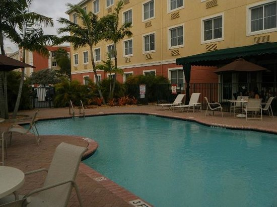 Best Western Plus Miami-Doral/Dolphin Mall: pool behind hotel