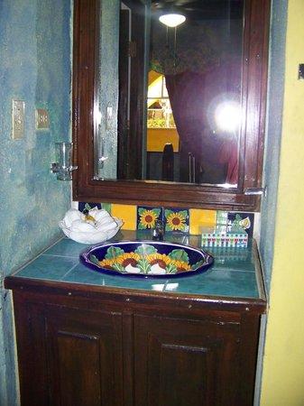 La Hacienda: Colorful bathroom