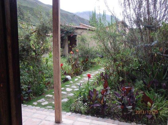 El Albergue Ollantaytambo: Court yard garden path..
