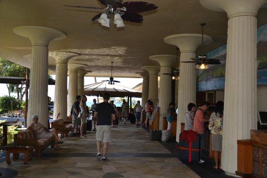 Royal Kona Resort: walk way to reception