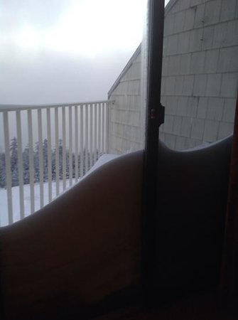 Mountain Lodge Condos: snow piled up on balcony