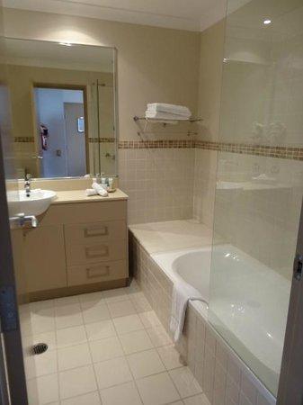 Mercure Kooindah Waters Central Coast: Large bathroom