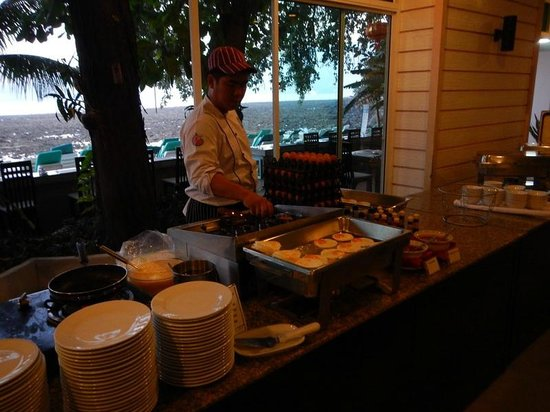 Tri Trang Beach Resort: Завтрак, готовят омлет и яишницу