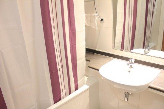Premier Inn Abu Dhabi International Airport Hotel: bright and clean