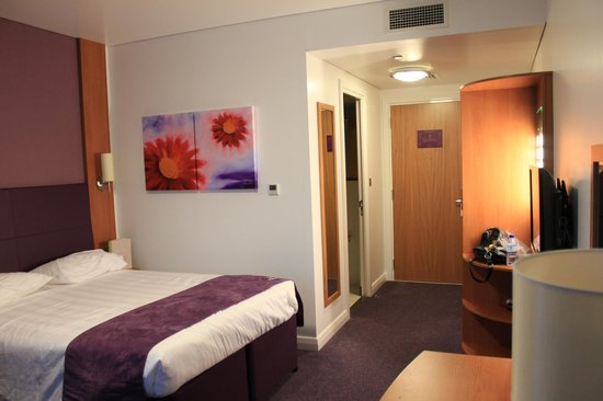 Premier Inn Abu Dhabi International Airport Hotel : Comfortable bed and soundproof walls