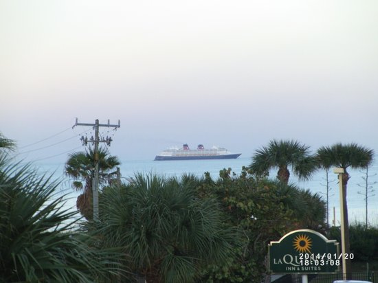 Best Western Ocean Beach Hotel & Suites : You can see cruise ships sail by