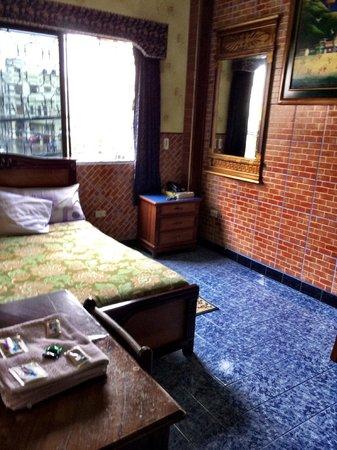 Hostal Suites Madrid: room 110   no lamp at bed