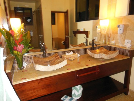 Sleeping Giant Lodge: Beautiful bathroom in garden view room