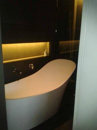 QT Sydney : Stunning Bath in Room