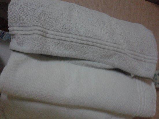 Hotel Don Quijote: toallas grises que debieron ser blancas en algun momento