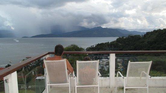Portogalo Suite Hotel : Relaxando com meu filho vendo a chuva em ilha grande