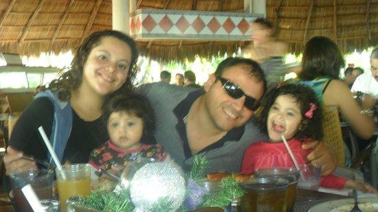 Meliá Puerto Vallarta All Inclusive: en familia agusto comiendo